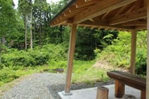 ハス池を見下ろす位置には東屋が設置されています