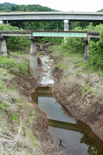 岩滑橋より上流側の沢 上を秋田自動車道とJR北上線が通っています