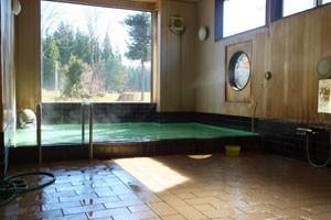 大浴場。大きな窓からは四季折々の景色がみえます。