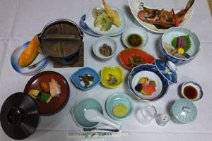 お料理も山の旬の味覚も楽しめます。(※季節・料金により料理内容が変わります)