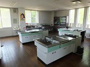 ご飯は持ち込みか、多目的室にある  キッチンを使って自炊ができます。